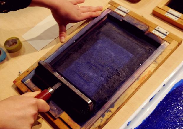謄写版印刷機でローラーで刷る