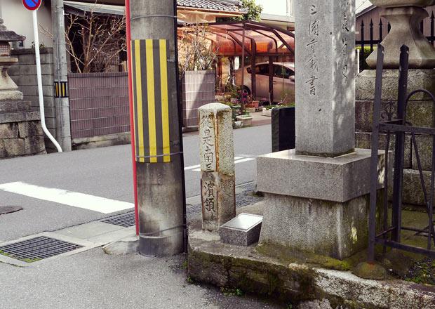 三ツ矢大神宮の江戸時代の石柱