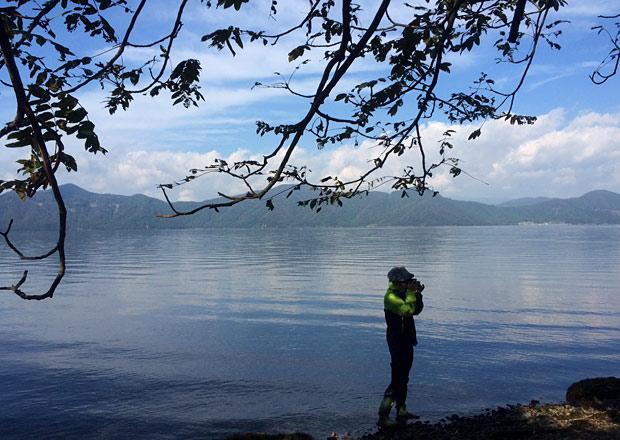 琵琶湖を背景にかっこいい男