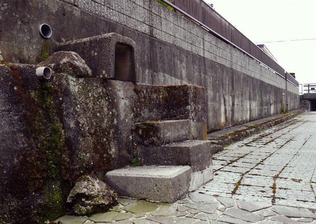 壁に向う無用階段