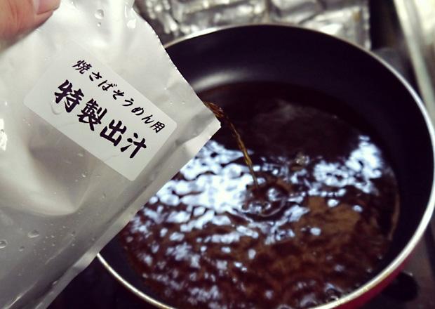 焼さばそうめんの特製出汁を沸騰させる