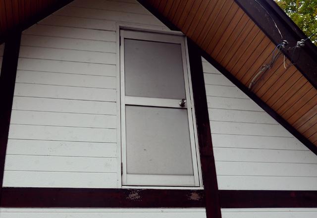 二階にドアがある建物