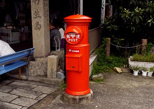 竹生島にある郵便差出箱1号丸形