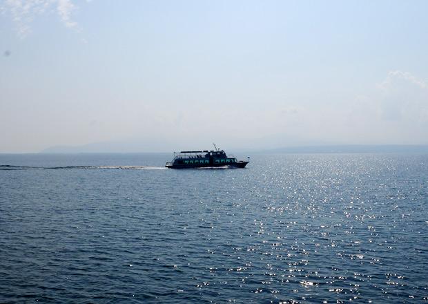 長浜港から竹生島へ向う船