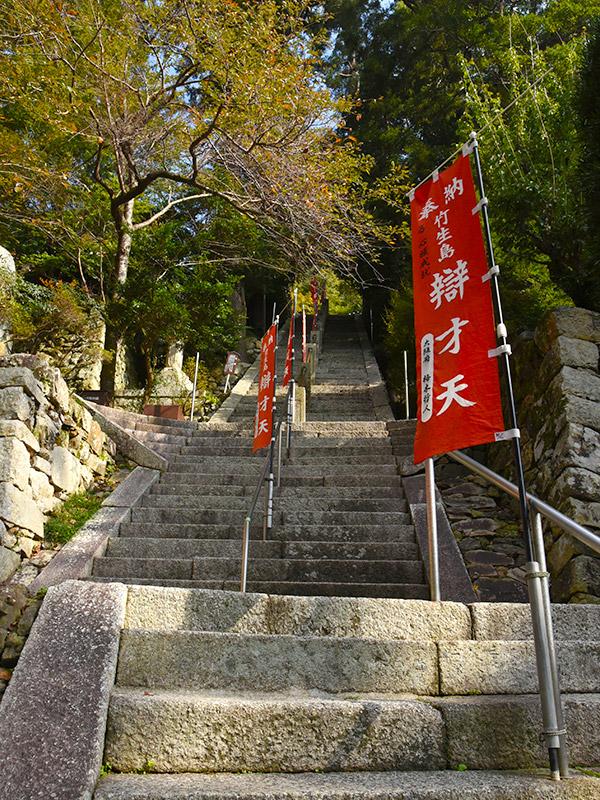 竹生島の宝厳寺へと繋がる階段はとても急