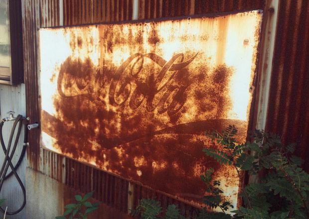 錆だらけのコカコーラの琺瑯看板