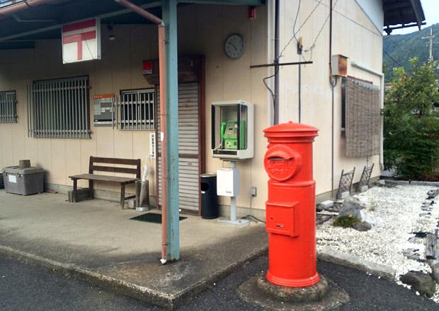 浅井中部簡易郵便局の前