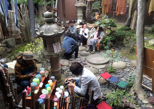 縄の庭でマーケットの様子