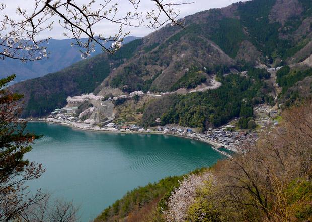 奥琵琶湖パークウェイの頂上付近から菅浦の集落