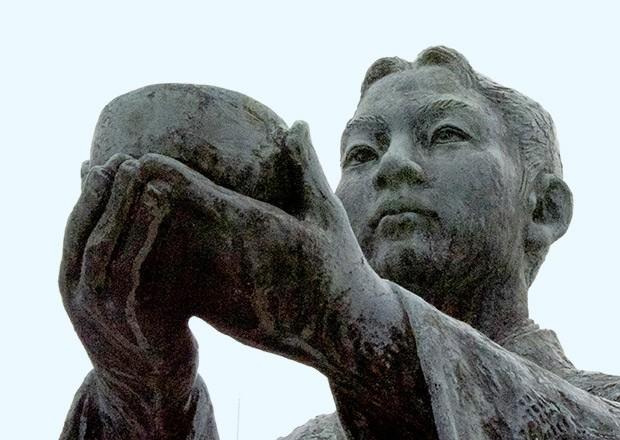 渋谷のハチ公像にも劣らない、長浜駅前の出逢いの銅像とは?