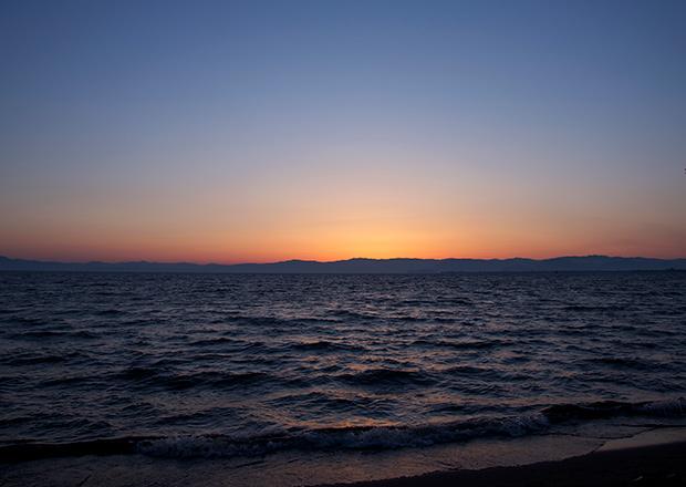 雲のない日の琵琶湖