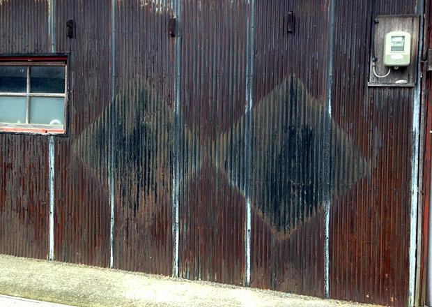 キンチョールの琺瑯看板の跡