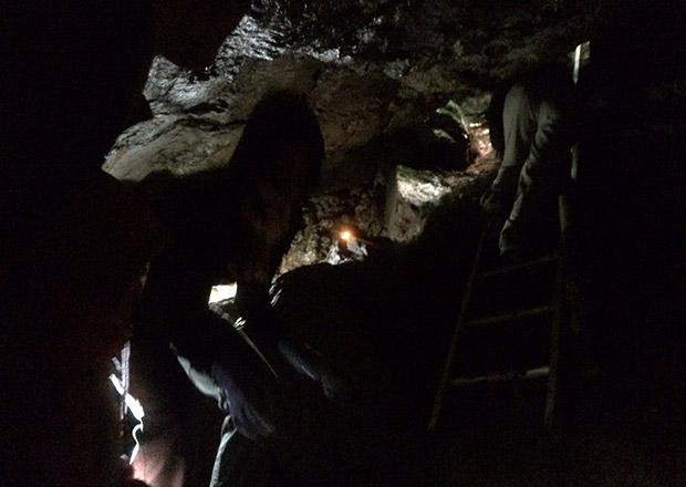 オトチの岩窟内