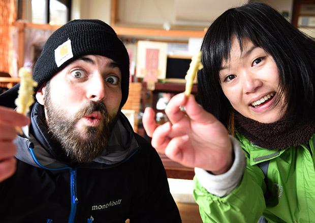 ワカサギの天ぷらを食べる