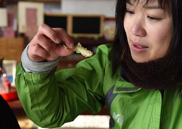サクサクなワカサギの天ぷらを食べる