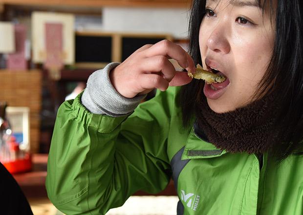 サクサクなワカサギの天ぷらを食べる浅井さん