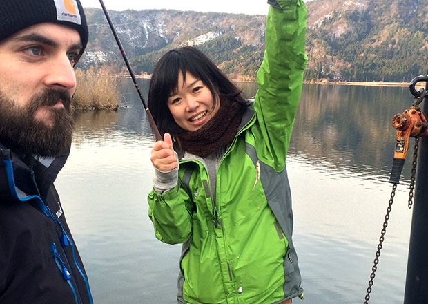 浅井さんがワカサギを釣る