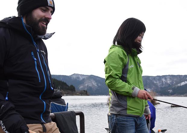 真冬に釣りをする人