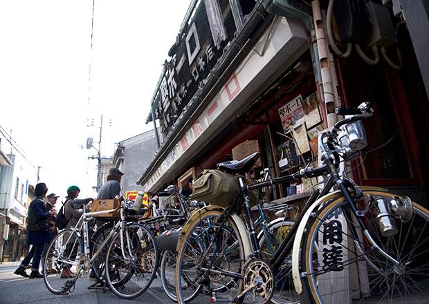 堅ボーロを買いにビンテージの自転車で訪れる