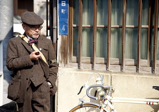 朝日町の路地で自転車と紳士