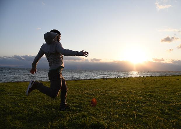 琵琶湖で夕日に向かってキックオフ