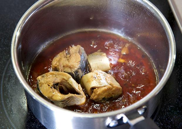 鯖缶を煮る