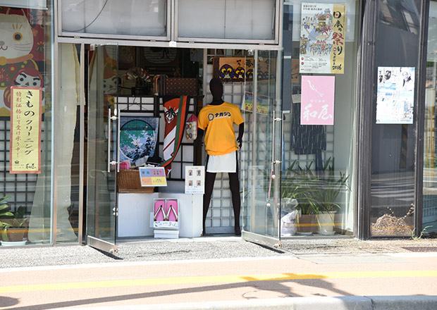 長浜駅前通りの着物屋さんのマネキン
