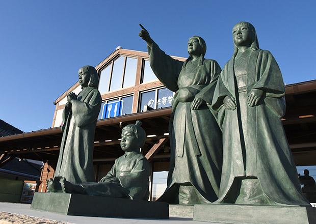 お市の方と浅井三姉妹の像