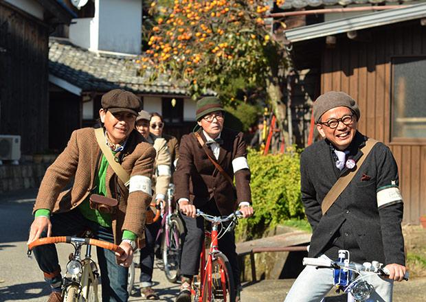集落の中をサイクリング