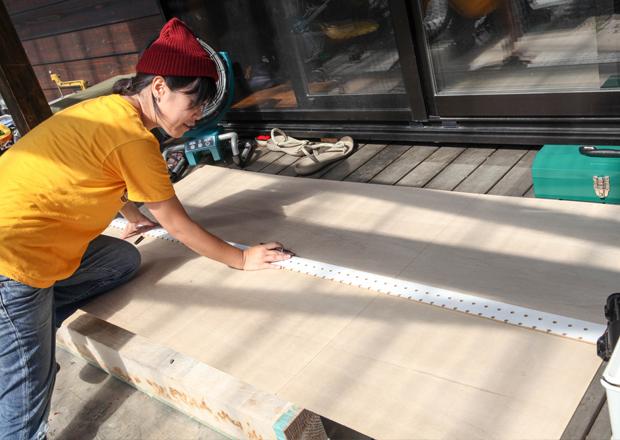 スノートイ(雪板)の大きさに4枚、ベニヤ板を切ります