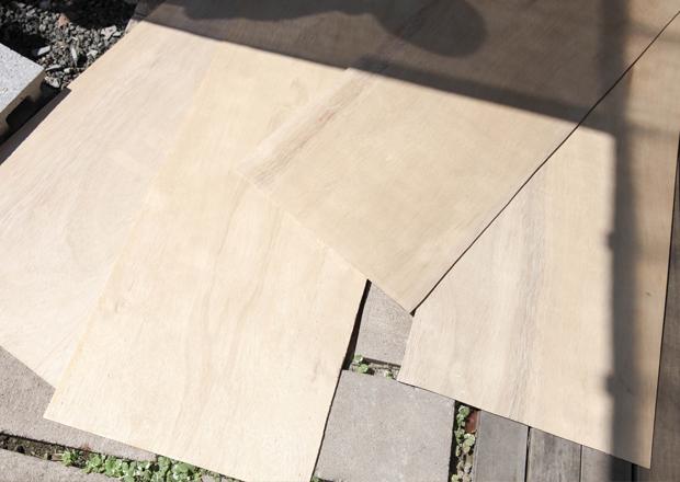 切った4枚のベニヤ板を木工ボンドで張り合わせる