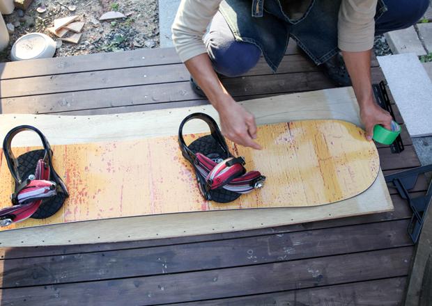 ベニア板をカットする形は、お手持ちのスノボーボードの形をまねてもOK