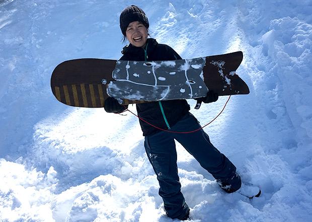 スノーボードがわりにスノートイ(雪板)でゲレンデを滑る様子