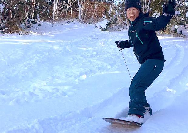 雪板で雪上をサーフィンする