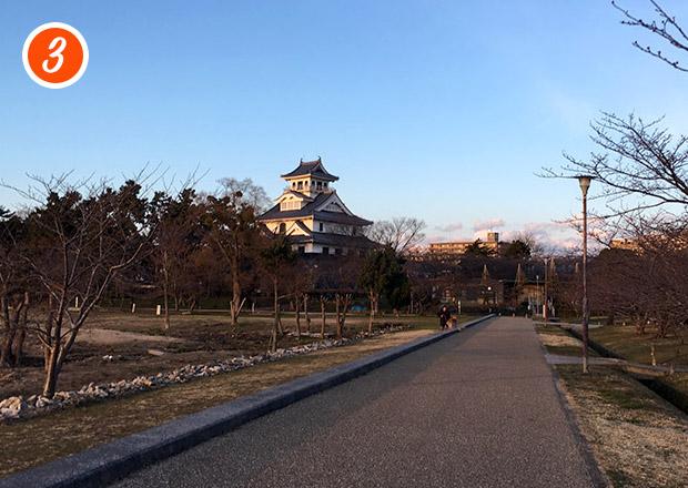 豊公園をランニング中に長浜城が見える