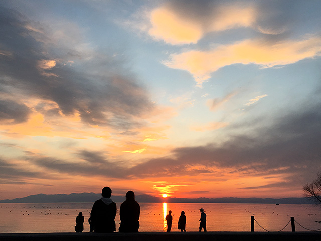 カップルが夕日を眺めにくるスポット