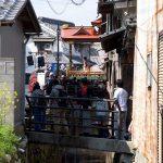 曳山祭りを橋の上から見る観客