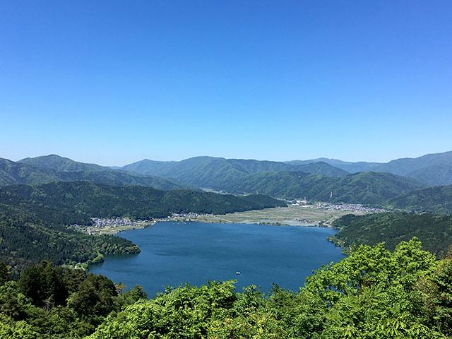 賤ヶ岳の山頂から見える余呉湖