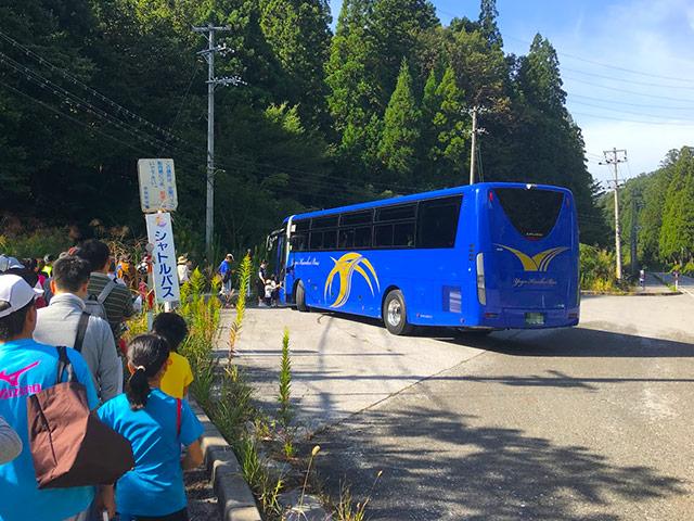 マラソン会場まではシャトルバスで移動します