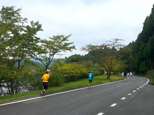余呉湖の周りをマラソンします。