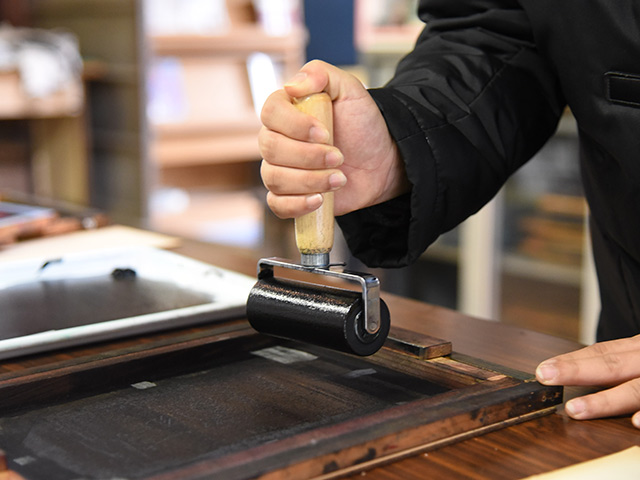 90度の角度で、ローラーを使って印刷を剃る