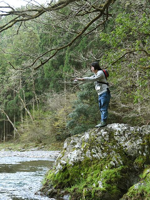 岩の上から渓流釣り