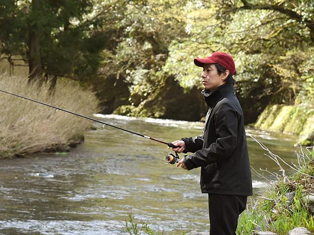 岩尾さんも釣りに真剣に挑戦
