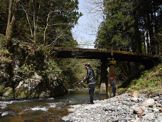 大自然の中で渓流釣り