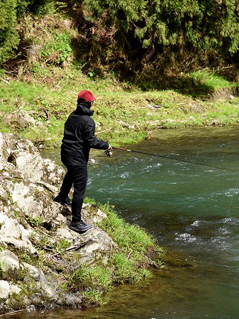 釣り針にコーンをつけて渓流釣りに挑戦