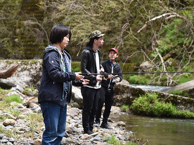 真剣な表情で渓流釣りに挑む。