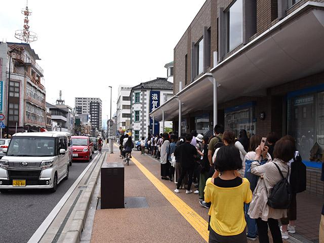 長浜で一番行列のできるお店に並びました。