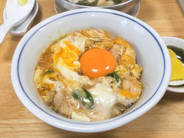 鳥喜多さんの親子丼を食べるために待ち時間を計りながら並んだ