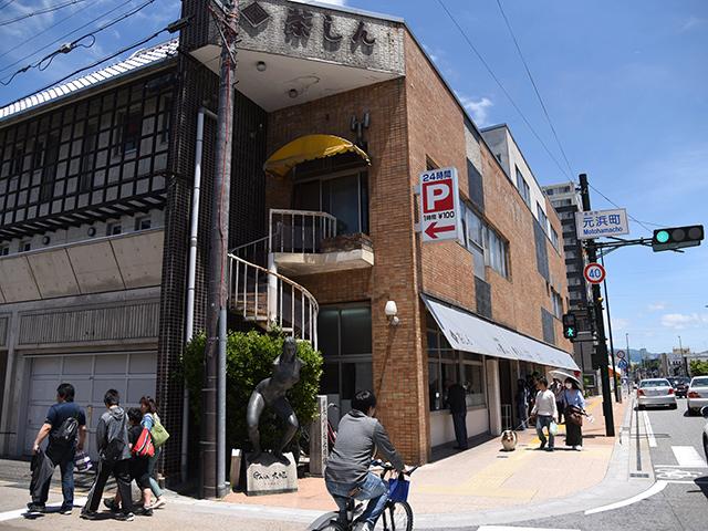 元浜町の茶しんの交差点にある銅像