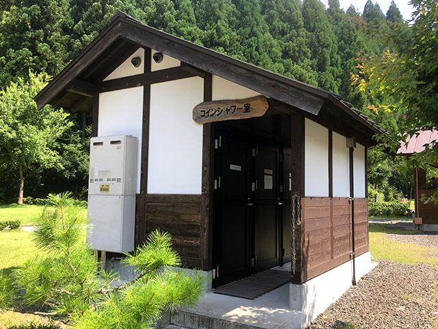 高山キャンプ場にはコインシャワー室も完備されていた